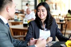 见面在咖啡店的两个商人 库存图片