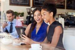 见面在咖啡店的两名女实业家 免版税库存图片