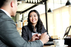 见面在咖啡馆的两个商人在断裂时间 库存图片