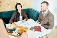 见面在咖啡馆的商人 库存照片