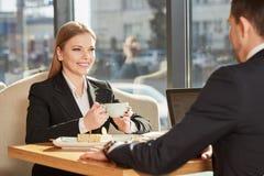 见面在咖啡馆的商务伙伴 免版税图库摄影