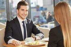 见面在咖啡馆的商务伙伴 免版税库存照片