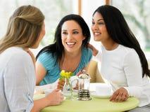 见面在咖啡馆的小组妇女 图库摄影