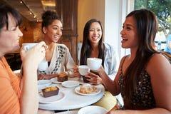 见面在咖啡馆餐馆的小组女性朋友 库存图片
