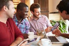 见面在咖啡馆餐馆的小组男性朋友 免版税库存照片