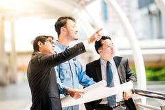 见面在大阳台的工程师在建造场所顶部 工友谈论 上司和工作者争论 在队的交谈 免版税库存照片