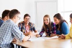 见面在学校的小组微笑的学生 免版税库存照片