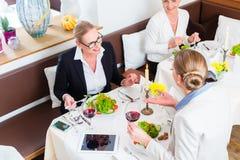 见面在工作晚餐的女实业家 库存图片