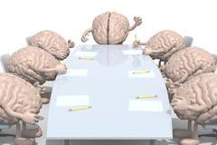 见面在桌附近的许多人脑 免版税库存图片
