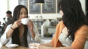 见面在繁忙的咖啡店的两个女性朋友 影视素材