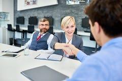 见面在证券交易经纪人行情室的商务伙伴 免版税库存图片