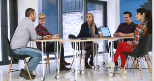见面在起始的办公室的小组青年人 免版税库存照片