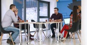 见面在起始的办公室的小组青年人 免版税库存图片