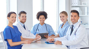 见面在医院办公室的小组愉快的医生 免版税图库摄影