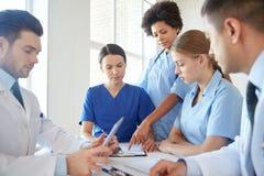 见面在医院办公室的小组医生 库存图片