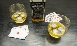 见面扑克牌游戏的 喝一杯杰克丹尼尔` s与 库存照片