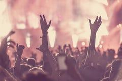 观众人群用手上升了在音乐节 库存照片