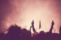 观众人群用手上升了在音乐节 免版税图库摄影