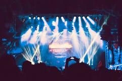 观众人群用手上升了在音乐节 免版税库存图片