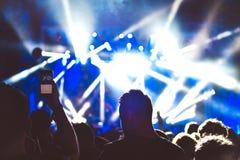 观众人群用手上升了在音乐节 图库摄影