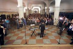 观众和合成器在夜音乐会前 库存图片