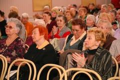 观众和观众退休,年长第二次世界大战退伍军人和他们的亲戚 免版税库存照片