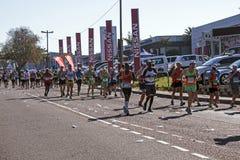 观众和赛跑者Marathon同志的在德班25 库存照片