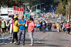 观众和赛跑者Marathon同志的在德班23 库存图片
