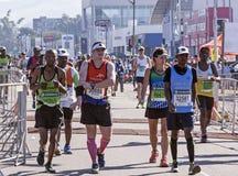 观众和赛跑者Marathon同志的在德班16 库存照片