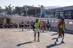 观众和赛跑者Marathon同志的在德班11 库存照片