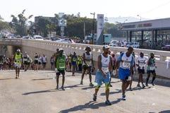 观众和赛跑者Marathon同志的在德班10 库存照片