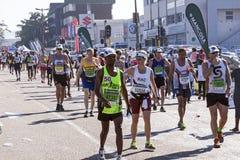 观众和赛跑者Marathon同志的在德班21 库存照片