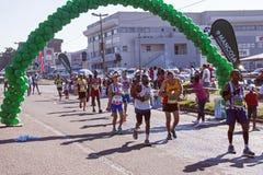 观众和赛跑者Marathon同志的在德班5 库存图片