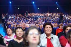 观众和videographers在音乐会 库存图片