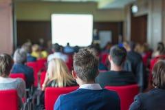观众在科学会议的教室里 免版税库存照片