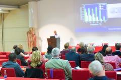 观众在科学会议的教室里 免版税库存图片