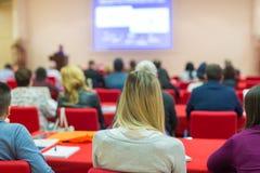 观众在科学会议的教室里 库存图片