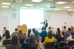 观众在科学会议的教室里 库存照片
