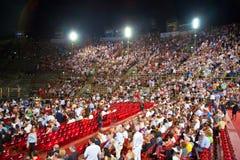 观众在维罗纳竞技场(竞技场二维罗纳),意大利 库存图片