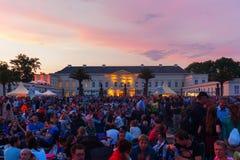 观众在Herrenhaus庭院里在汉诺威,德国,在黄昏的国际烟花比赛期间2016年 库存图片