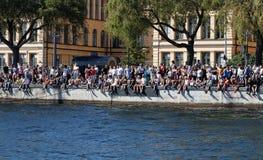 观众坐码头在斯德哥尔摩 库存图片