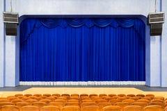 观众席在剧院 在阶段的蓝色帷幕 青棕色椅子 没有人的室 免版税图库摄影
