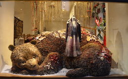 观众景色假日在Anthropologie的窗口显示2013年12月16日的NYC的 免版税库存图片