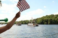 观众欢呼河沿浮船游行在欧克莱尔威斯康辛 免版税库存照片