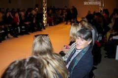 观众热切地等待Rohmir伦敦时尚星期展示2013年 免版税库存照片
