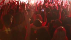 观众用手被举在音乐节 在实况音乐节日的音乐会人群 影视素材