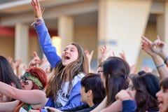 从观众的女孩在阶段前面,欢呼在他们的神象在巴达洛纳Primavera流行音乐节日  免版税图库摄影