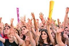 从观众的女孩在阶段前面,欢呼在他们的神象在Primavera流行音乐节日 免版税库存图片