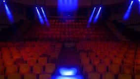 观众的红色天鹅绒位子剧院或戏院的 红色天鹅绒织品布料倒空许多位子在电影的行专栏 库存照片