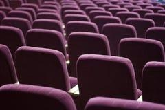观众的红色天鹅绒位子 免版税图库摄影